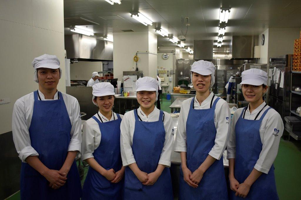 栄養部みんなで協力して調理業務を行っています