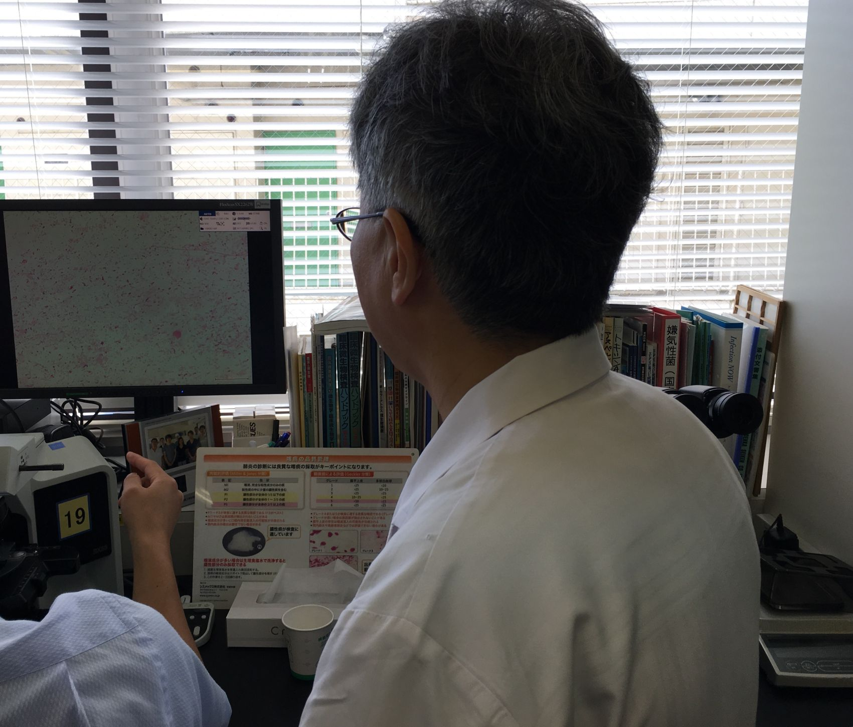 藤谷先生よりグラム染色をモニタ供覧し所見のレクチャー