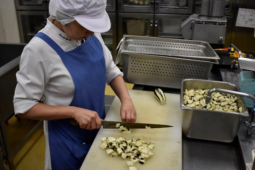 入職後は先輩職員と一緒に調理を学んでいきます